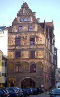 Una storia completa dipinta su tutto il palazzo.